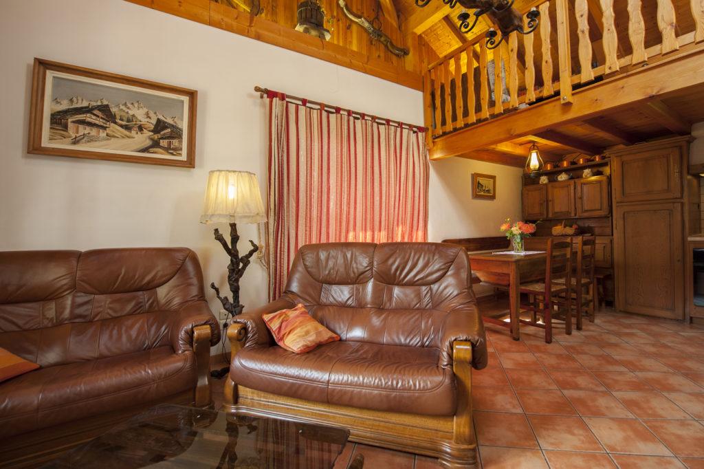 Cellier des Carabins le salon devant la cheminée