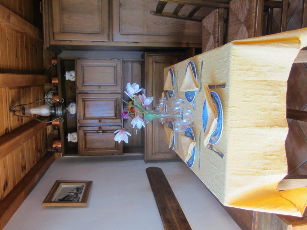 en famille au cellier des Carabins dasn la cuisine pour un bon repas savoyard.